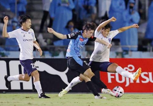 川崎―横浜FC 前半、先制ゴールを決める川崎・田中=中央(23日、等々力)=共同