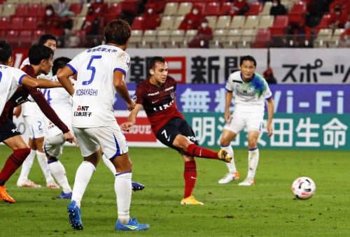 鹿島―湘南 試合終了間際、決勝ゴールを決める鹿島・ファンアラーノ=右から2人目(23日、カシマ)=共同