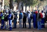 建設現場に集まった求職者(6月、南アフリカ)=ロイター