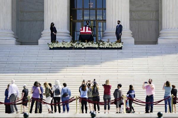 最高裁の入り口に安置されたギンズバーグ氏のひつぎに、多くの市民が追悼に訪れた=AP