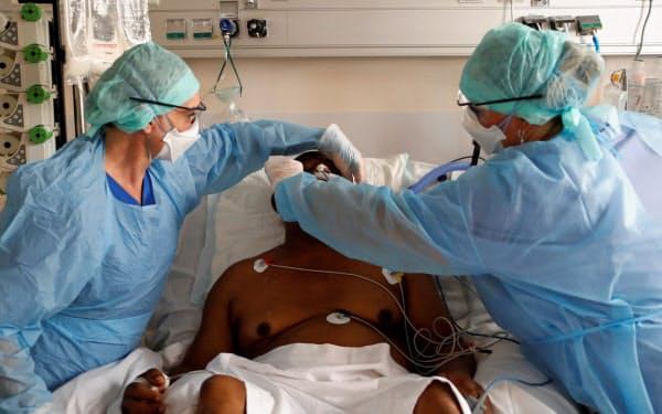 南仏マルセイユでは新型コロナ患者が増えている(21日、市内の病院)=ロイター