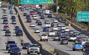 カリフォルニア州では温暖化ガスの5割を運輸部門が排出している(ロサンゼルス市)=AP
