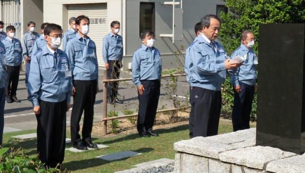 原発事故の慰霊碑の前で安全を誓う関西電力の森本孝社長(右から2人目、福井県美浜町)