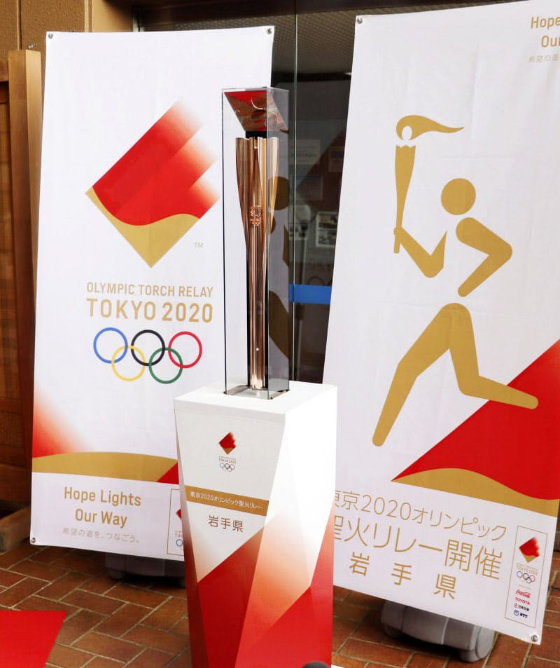岩手県内全33市町村で巡回展示が始まった東京五輪の聖火リレー用のトーチ(24日午前、岩手県雫石町)=共同