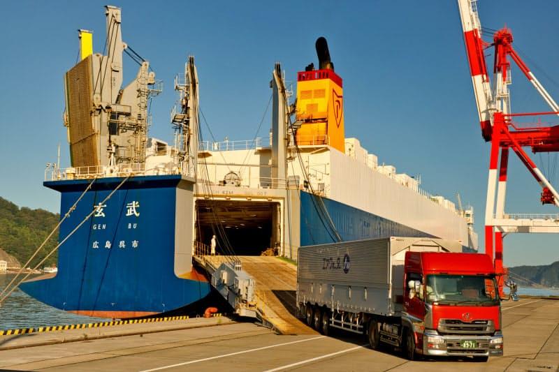 試験寄港では巨大なクレーンを岸壁の端に寄せるなどして、トレーラーが船に乗降できるようにした(岩手県釜石市の釜石港)