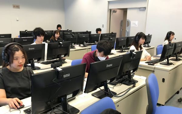 明治大はオープンキャンパスをオンラインにし、学生らが高校生の相談に答えた(8月、東京都千代田区)