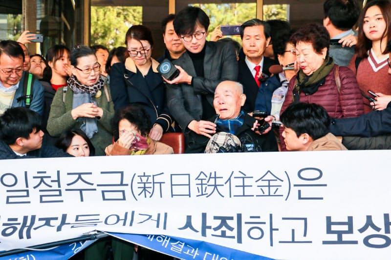 日韓関係は韓国での元徴用工判決が最大の懸案になっている-2018年10月、日本企業に賠償を命じた韓国最高裁判決に喜ぶ原告団(ソウル)