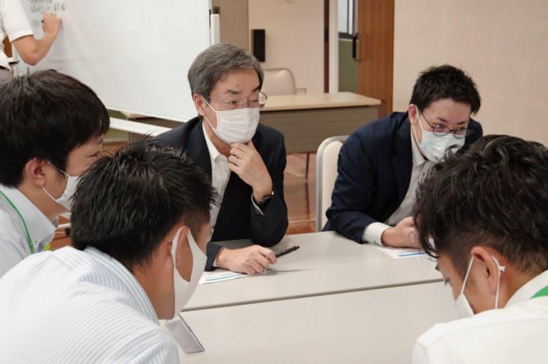 福井銀・福邦銀の若手行員とのグループワークに参加する福井銀の林頭取(中央、福邦銀本店)