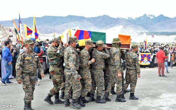 インド北部ラダック地方最大の都市レーで7日に執り行われたチベット人兵士、ニマ・テンジン氏の葬儀。棺はインドの三色旗とチベットの雪山獅子旗で覆われた=ロイター