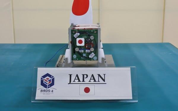 九州工業大学が24日公開した、来年打ち上げ予定の超小型人口衛星(北九州市)