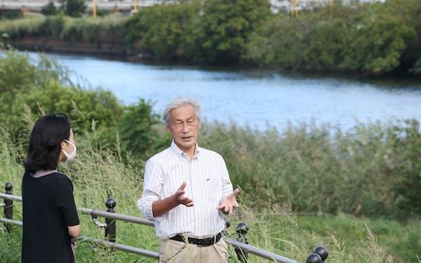 筆者(左)に鶴見川の説明をする慶応大の岸名誉教授(横浜市)=三浦秀行撮影