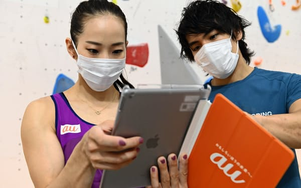 AI機能を使ったシステムで自身の動きをチェックする東京五輪代表の野口啓代(左)と楢崎智亜