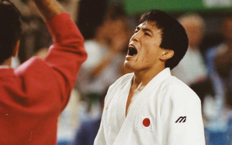 1992年バルセロナ五輪男子柔道71キロ級決勝で判定勝ちし、大声をあげて喜ぶ古賀