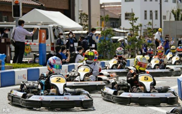日本自動車連盟(JAF)公認のレースで、排気量200ccのカートが最高時速60~70キロで市街地を走り抜けた(20日、島根県江津市)