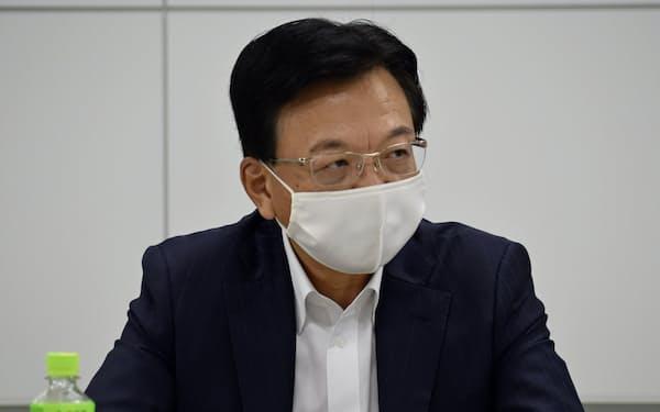 記者会見する日本鉱業協会の宮川尚久会長(24日、東京都千代田区)