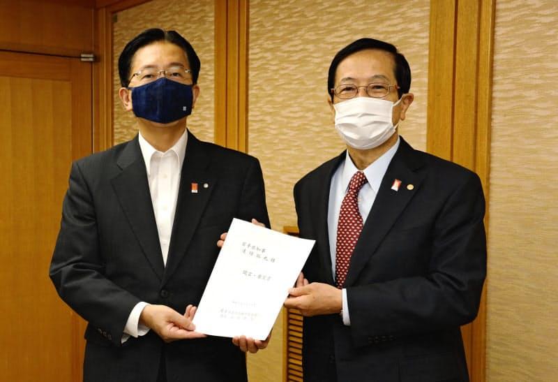 要望書を達増知事(左)に手渡す岩手県商工会議所連合会の谷村会長(24日、岩手県庁)