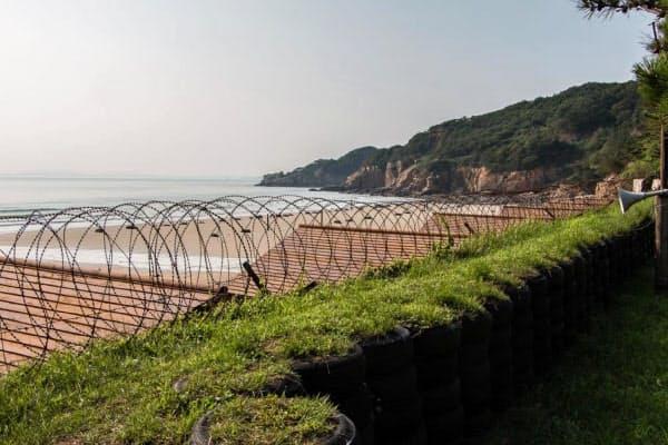 延坪島から北朝鮮はわずか10キロほどの距離(左奥の島影は北朝鮮)