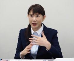 記者会見するグラフィコの長谷川純代社長(24日、東京証券取引所)