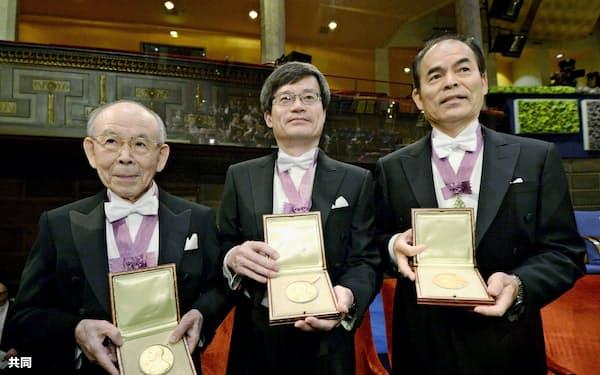 ノーベル賞は40代前半までの業績で受賞する場合が多い(2014年12月、日本人3氏が物理学賞を受賞)=共同