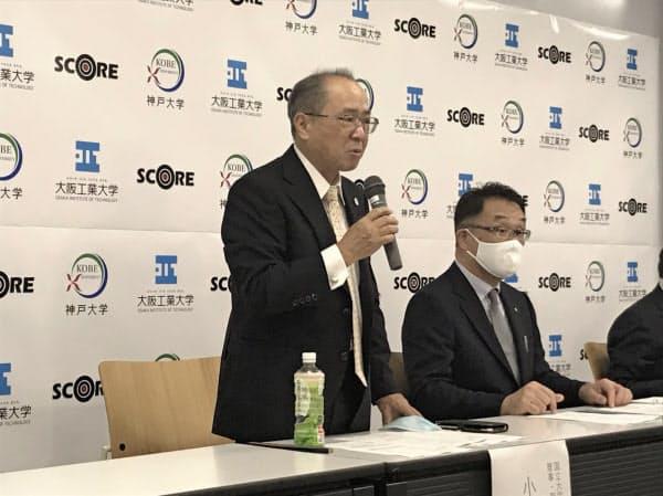 記者会見する神戸大の小田啓二副学長(左)と大阪工業大の岡山敏哉副学長(24日、大阪市)