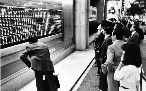 ニューヨーク株式市場の大暴落の影響で、日経平均株価は最大の下落率を記録した(1987年10月20日)