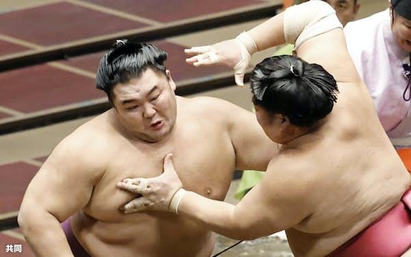 大栄翔と攻め合う朝乃山(左)。押し倒しで下す(24日、両国国技館)=共同