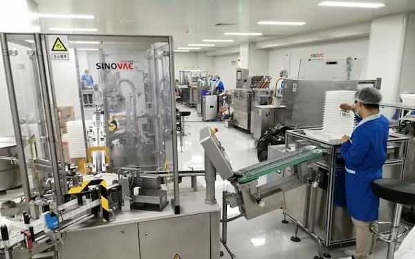 新型コロナウイルス向けワクチンを製造するシノバック・バイオテックの工場(24日、北京市)