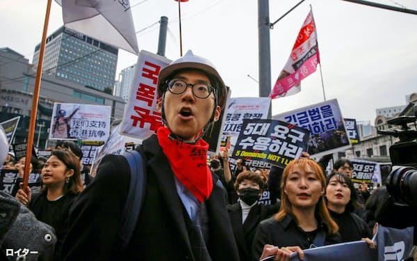 韓国の若者は経済格差に不満を抱いている(2019年11月、ソウルで起きたデモ)=ロイター