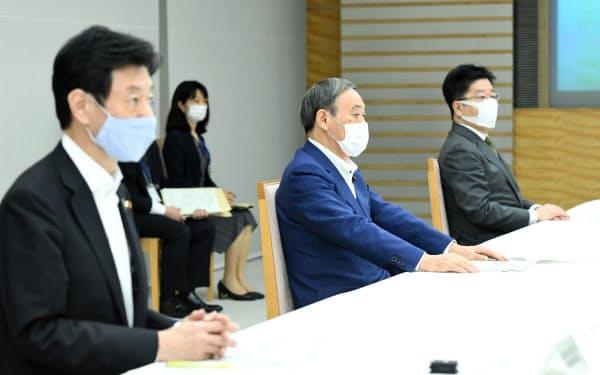 月例経済報告関係閣僚会議に臨む菅首相(24日、首相官邸)