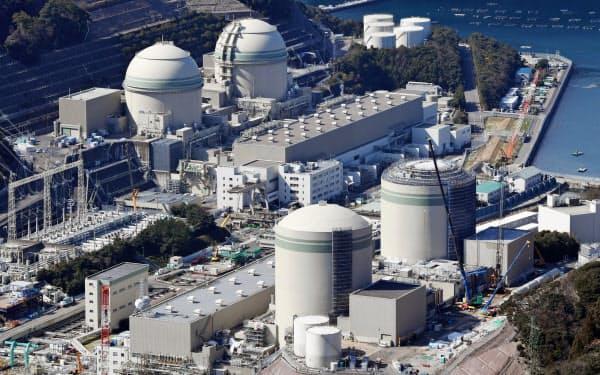 関電は稼働から40年を超えた高浜原子力発電所1.2号機(手前)の再稼働を目指している(福井県高浜町)