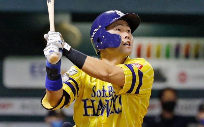 5回ソフトバンク2死二塁、中村晃が右越えに同点2ランを放つ(24日、ペイペイドーム)=共同