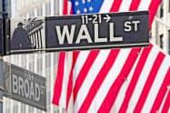 ニューヨーク証券取引所前=ロイター