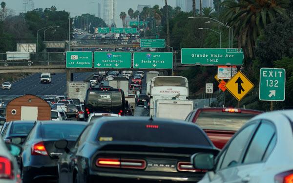 米国内でガソリン車の販売禁止時期を示したのはカリフォルニア州が初めて=ロイター