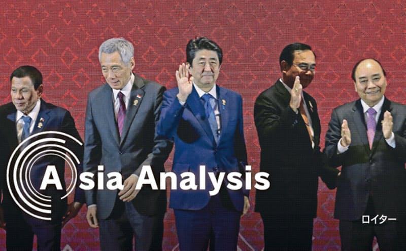 安倍前首相(中央)は対アジア外交で存在感を発揮した(19年11月、バンコクでのASEAN関連首脳会合)=ロイター