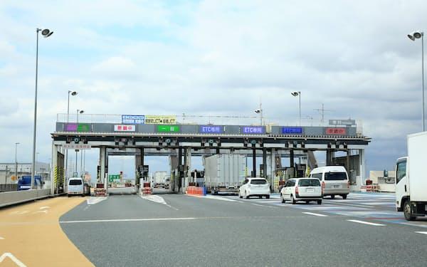国土交通省は高速道路の利用を段階的に自動料金収受システム(ETC)車に限定する方針を打ち出した