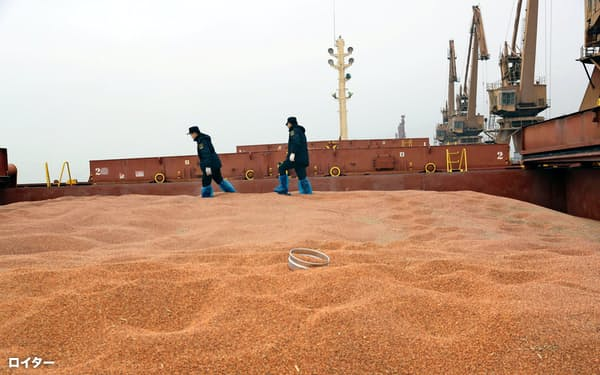 人民元が上昇すれば輸入品を安く買えるようになり、中国の内需を刺激する効果がある(江蘇省南通市の港で米国から輸入した穀類を検査する税関職員)=ロイター
