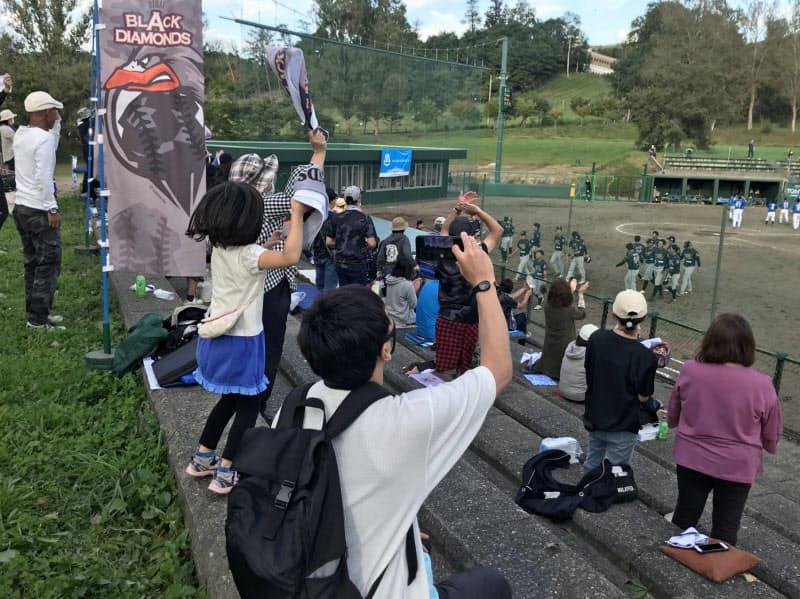 チャンピオンシップ初戦でサヨナラ勝ちし、歓喜に沸く美唄のスタンド(21日)