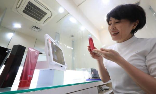 オンラインで接客をするポーラ・ザ・ビューティー代官山の吉田夏子オーナー(右)=東京都渋谷区
