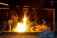 中国では単月での粗鋼生産が、2カ月連続で過去最多を更新した(中国遼寧省の製鉄所)=ロイター