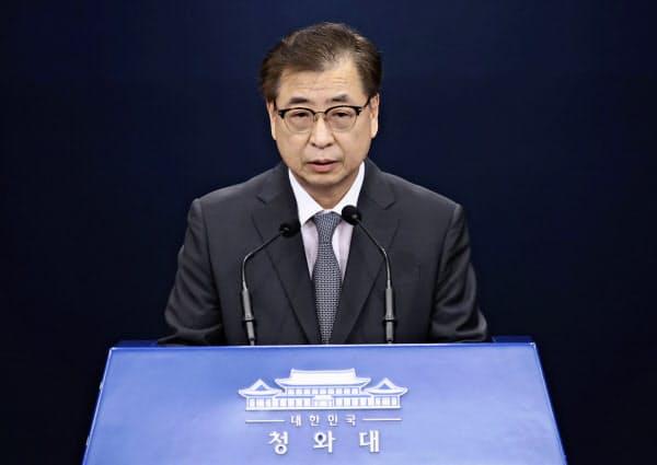 北朝鮮の通知文を公表する韓国大統領府の徐薫国家安保室長=聯合・AP