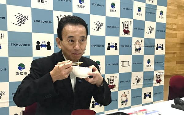 浜松食材を使った「勝ち飯」を試食する鈴木康友・浜松市長