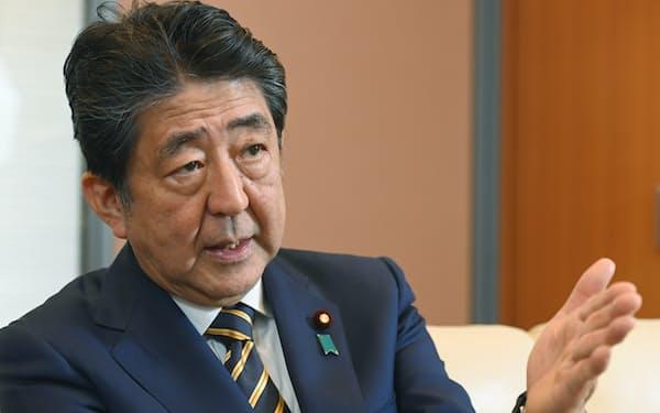 インタビューに応じる安倍晋三前首相(24日、東京都千代田区)