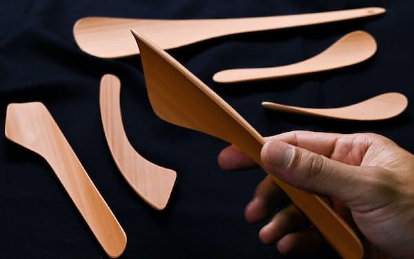 竹の湾曲を生かし手になじみやすいへらなどの調理道具=大岡敦撮影
