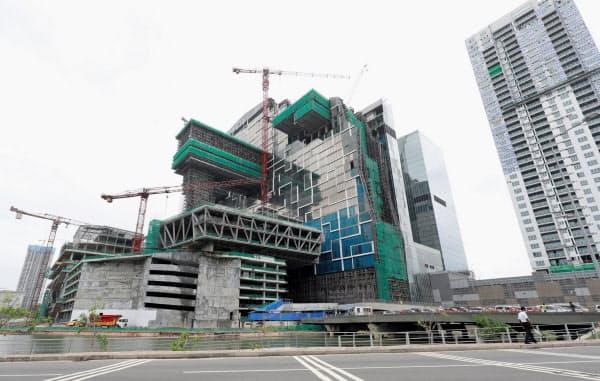 日本の支援で鉄道整備が予定されたコロンボ市内はオフィスなどの開発が進む(9日)=ロイター