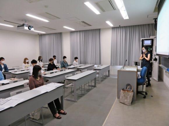 教室の定員を従来の3割程度に抑え、対面授業を再開した(24日、京都市の同志社大学新町キャンパス)