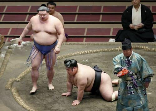 貴景勝(右)を突き落としで破った正代(25日、両国国技館)=共同