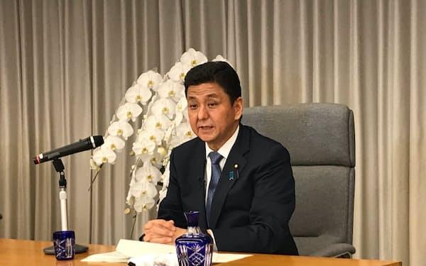 インタビューに答える岸防衛相(25日、東京・新宿)