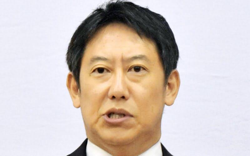 記者会見で在任期間を振り返るスポーツ庁の鈴木長官(東京・霞が関)=共同