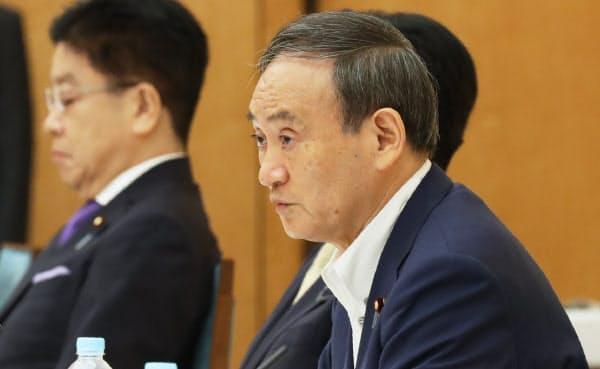 マイナンバー制度及び国と地方のデジタル基盤抜本改善ワーキンググループの会合であいさつする菅首相(25日、首相官邸)