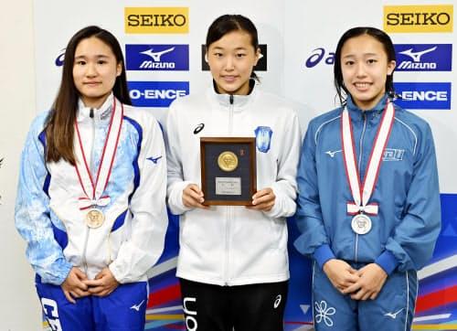 女子板飛び込みで(左から)3位の金戸凜、優勝した三上紗也可、2位の宮本葉月(25日い、ダイエープロビスフェニックスプール)=共同・代表撮影